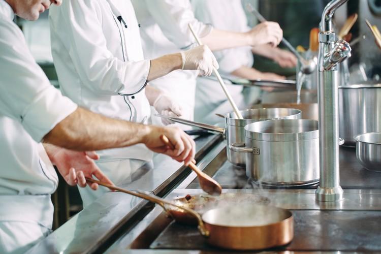 chefs-preparent-plats